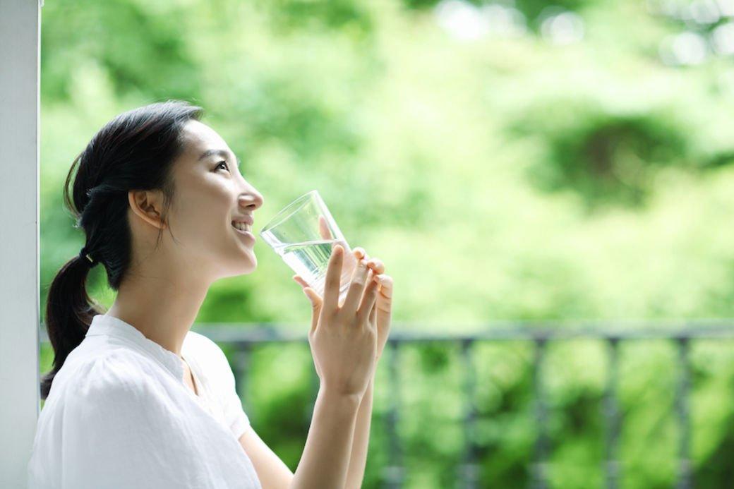 Uống nhiều nước để tránh tình trạng da khô