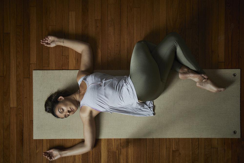 Tư thế vặn người yoga giúp bạn bắt đầu ngày mới hiệu quả