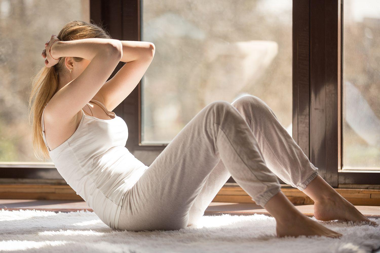 Thực hiện động tác crunch để có cơ bụng như Kendall Jenner