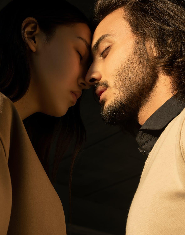 cặp đôi mặt đối mặu âu yếm nhau cùng trắc nghiệm tình yêu của họ