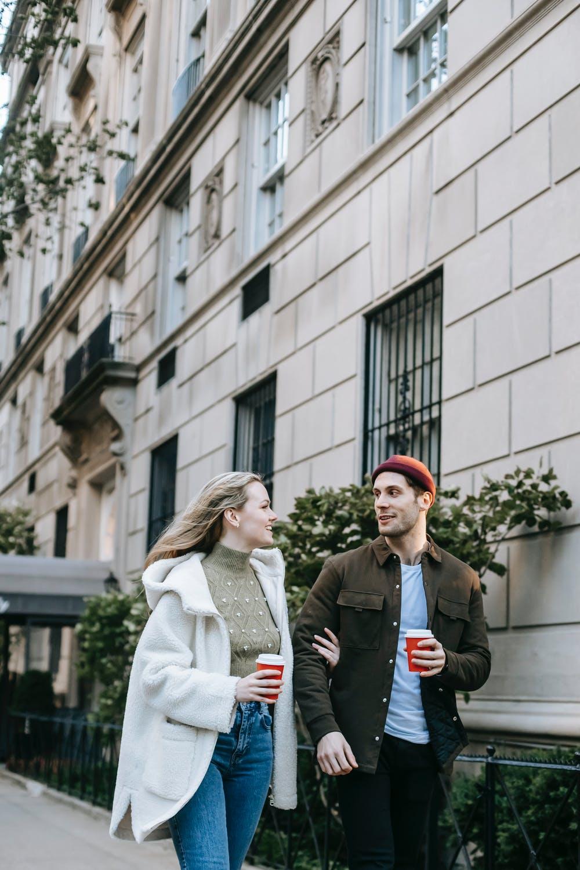 cặp đôi nói chuyện cùng nhau trên đường về trắc nghiệm tình yêu