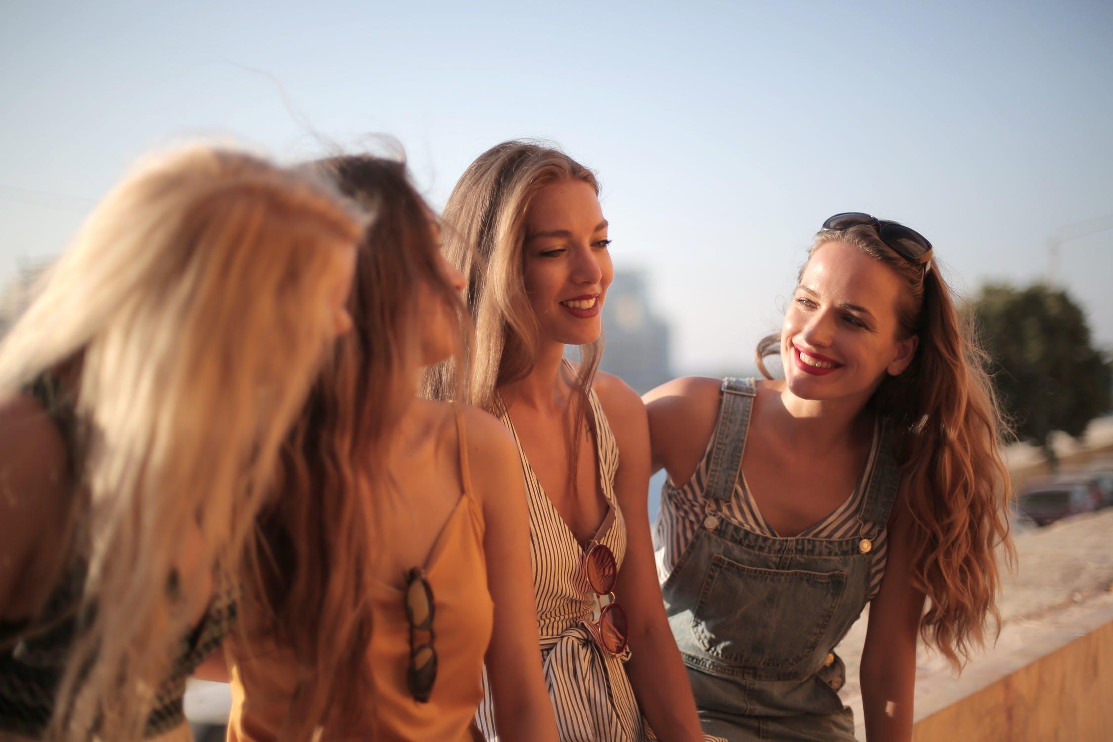 hội bạn thân vui vẻ bên nhau và ủng hộ tình yêu của bạn