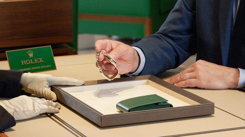 bàn tư vấn dịch vụ sửa chữa đồng hồ Rolex