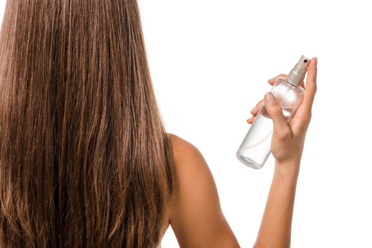 Dùng nước dừa để xịt dưỡng tóc hằng ngày