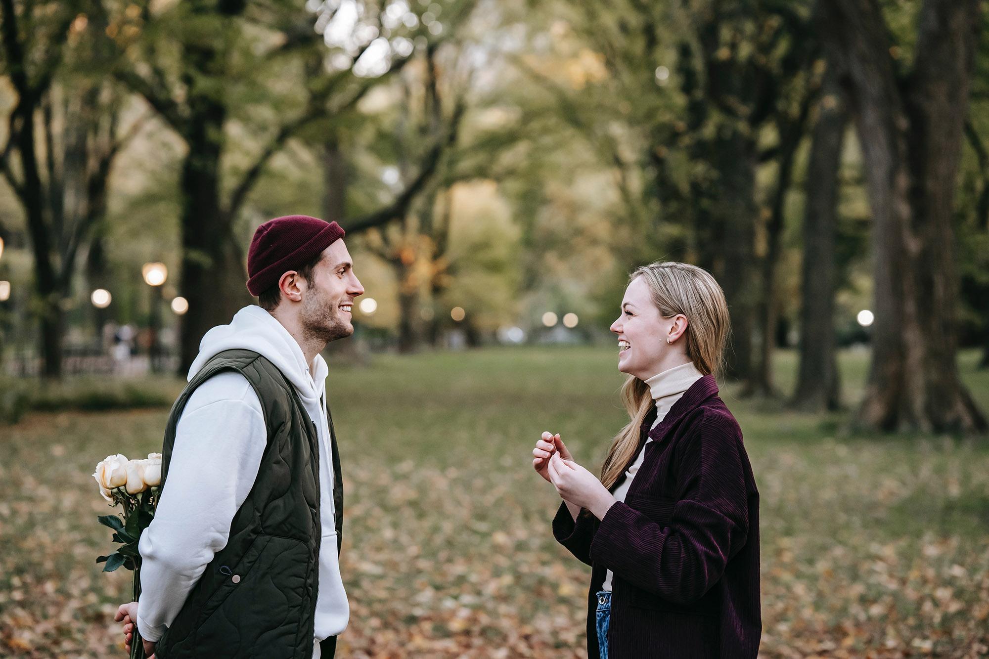 Cặp đôi hẹn hò tại công viên