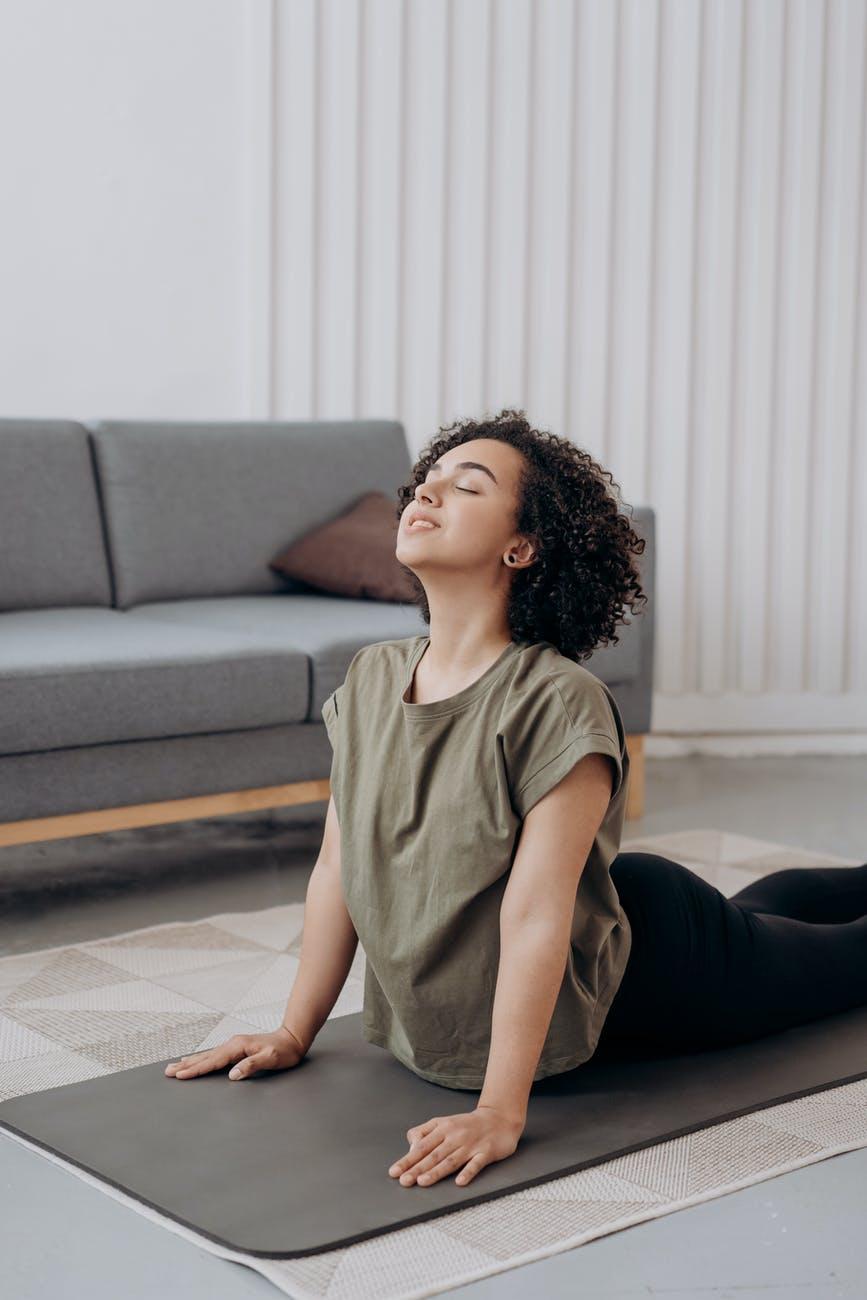 Luyện tập các tư thế yoga để tránh bị gù lưng