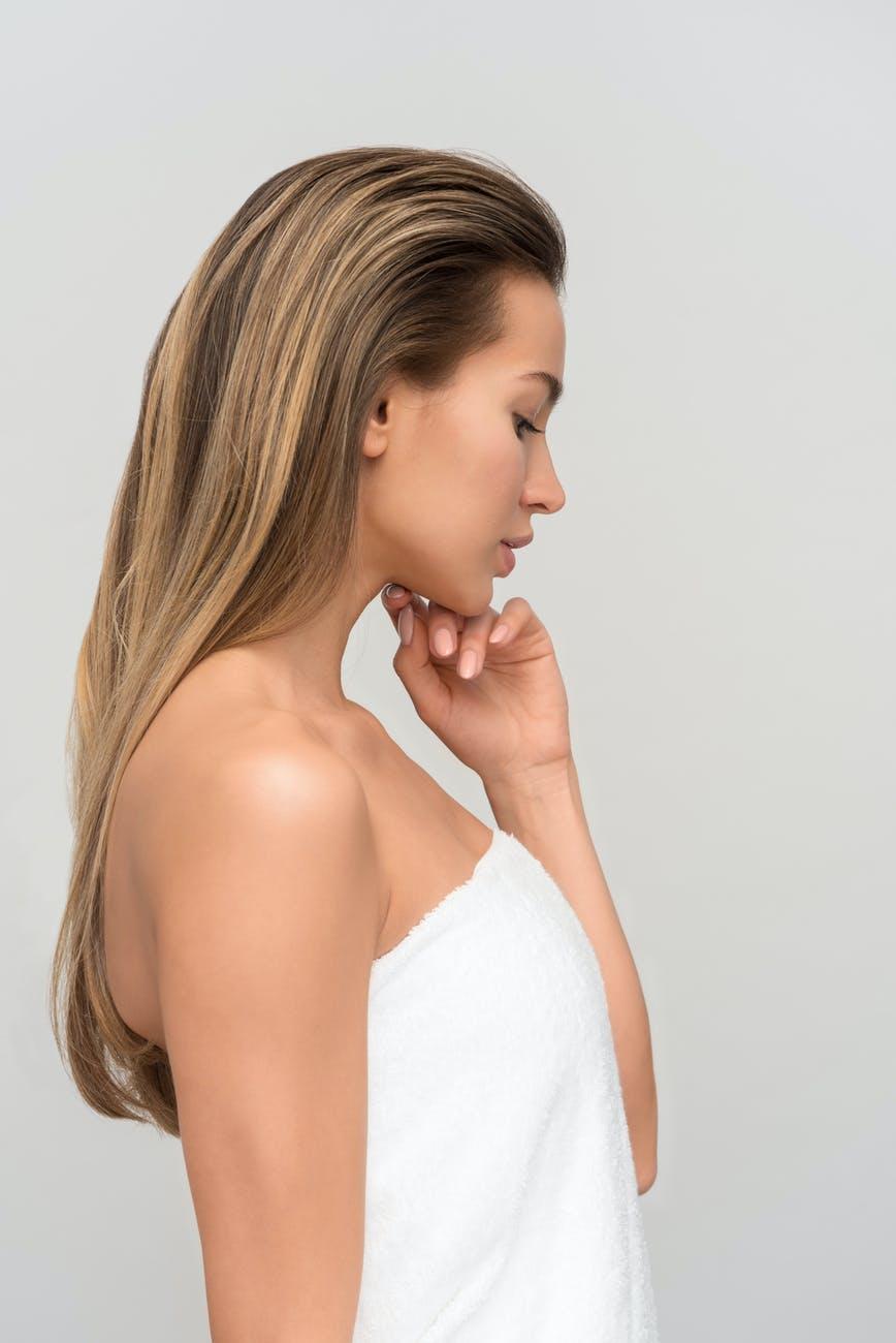 Dầu jojoba giúp dưỡng ẩm và làm dịu kich ứng cho mái tóc của bạn
