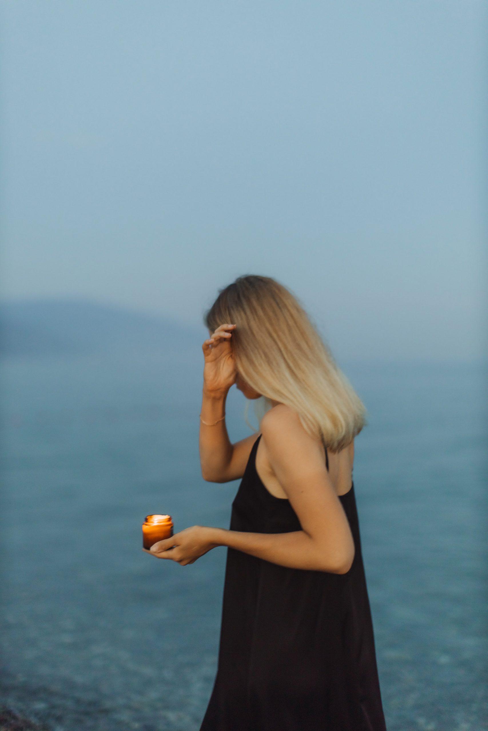 Cô gái mặc cảm giữa đại dương