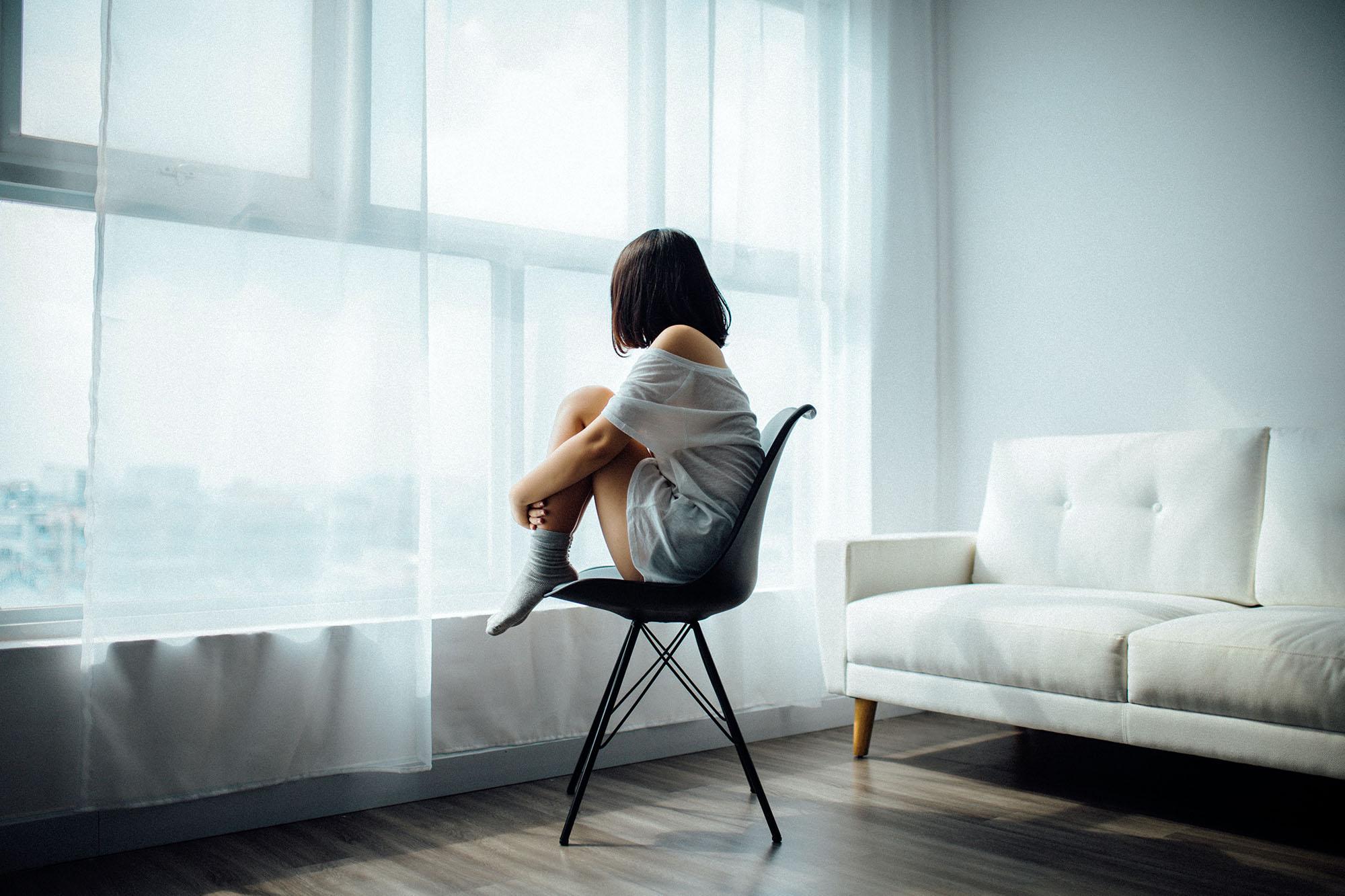 Cô gái ngồi một mình mặc cảm