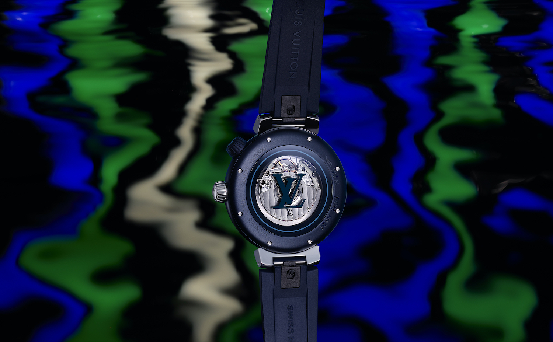 Mặt sau đồng hồ Louis Vuitton Tambour Street Diver trong phối màu đen-xanh