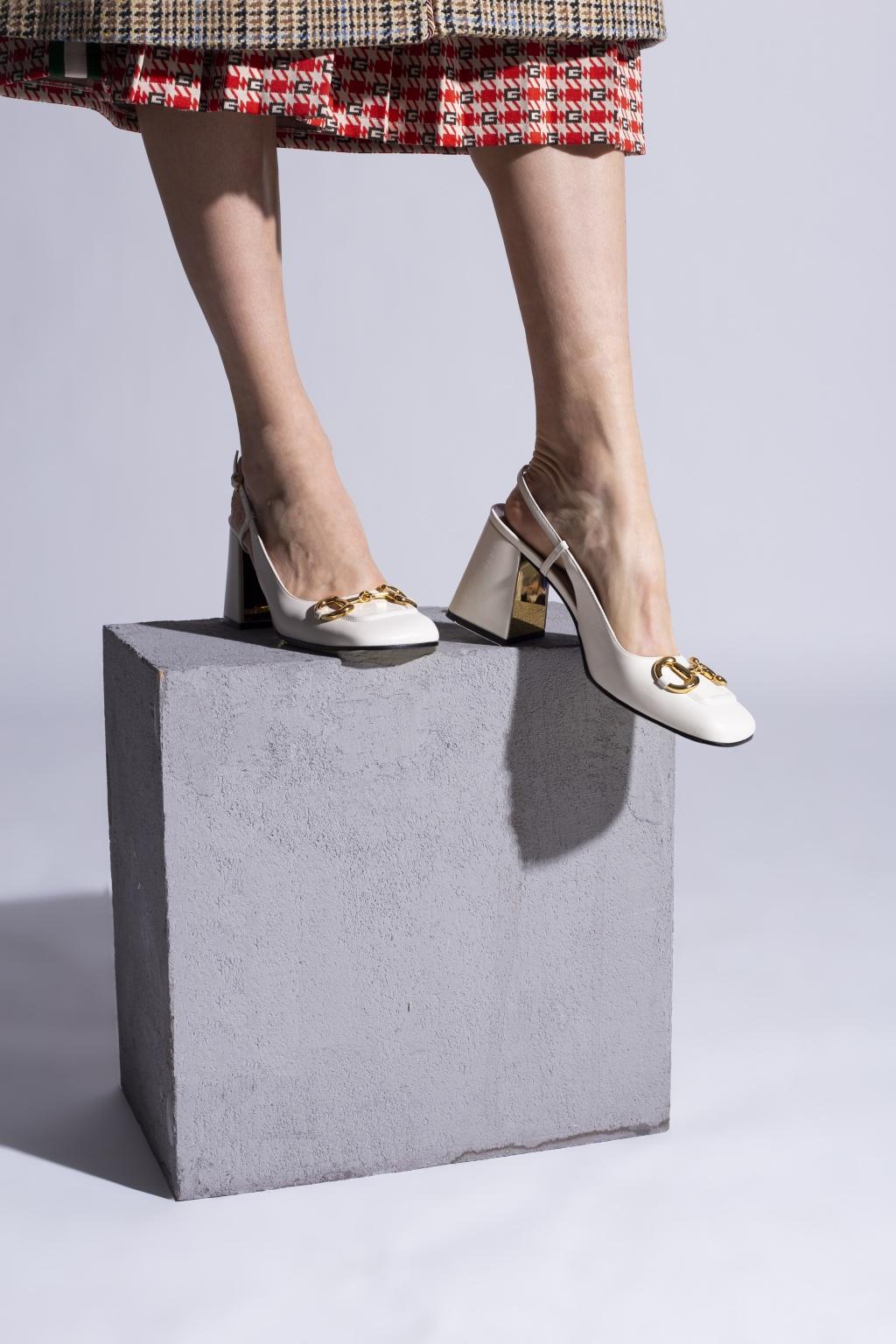Giày sandals Gucci Slingback trắng với hoạ tiết hàm thiếc ngựa