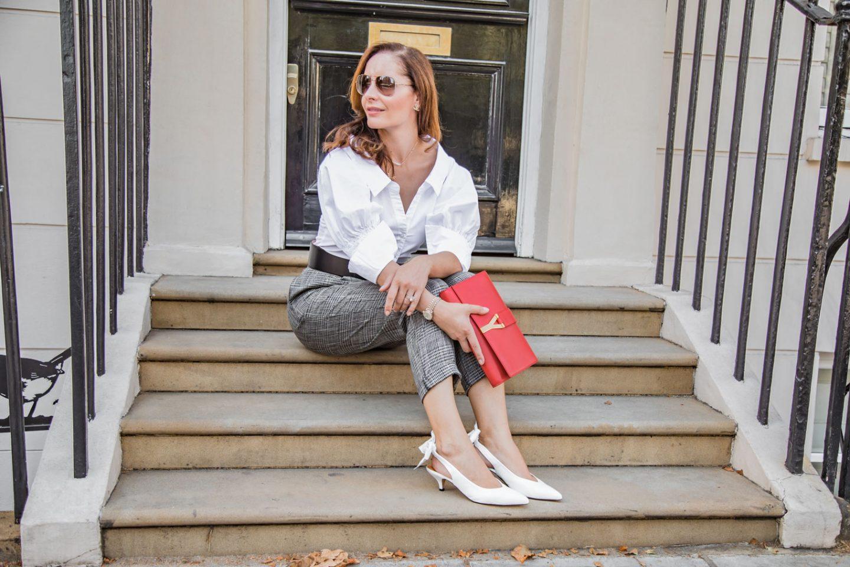 Người mẫu cùng đôi slingback trắng và ví cầm tay đỏ