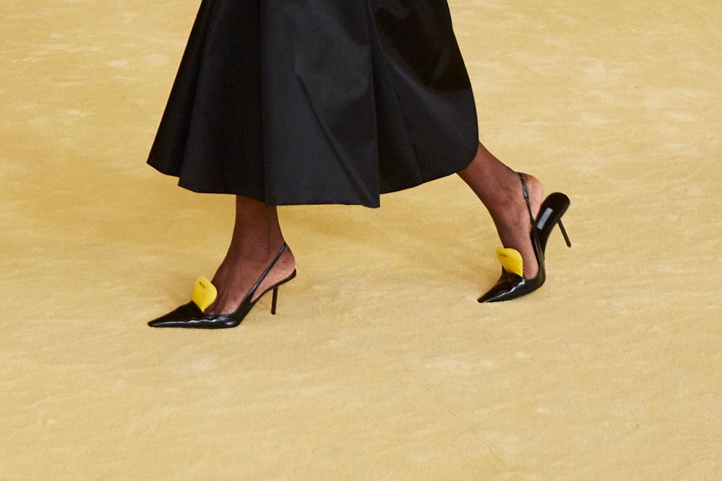Giày slingback Prada x raf simons đen với đệm mút vàng