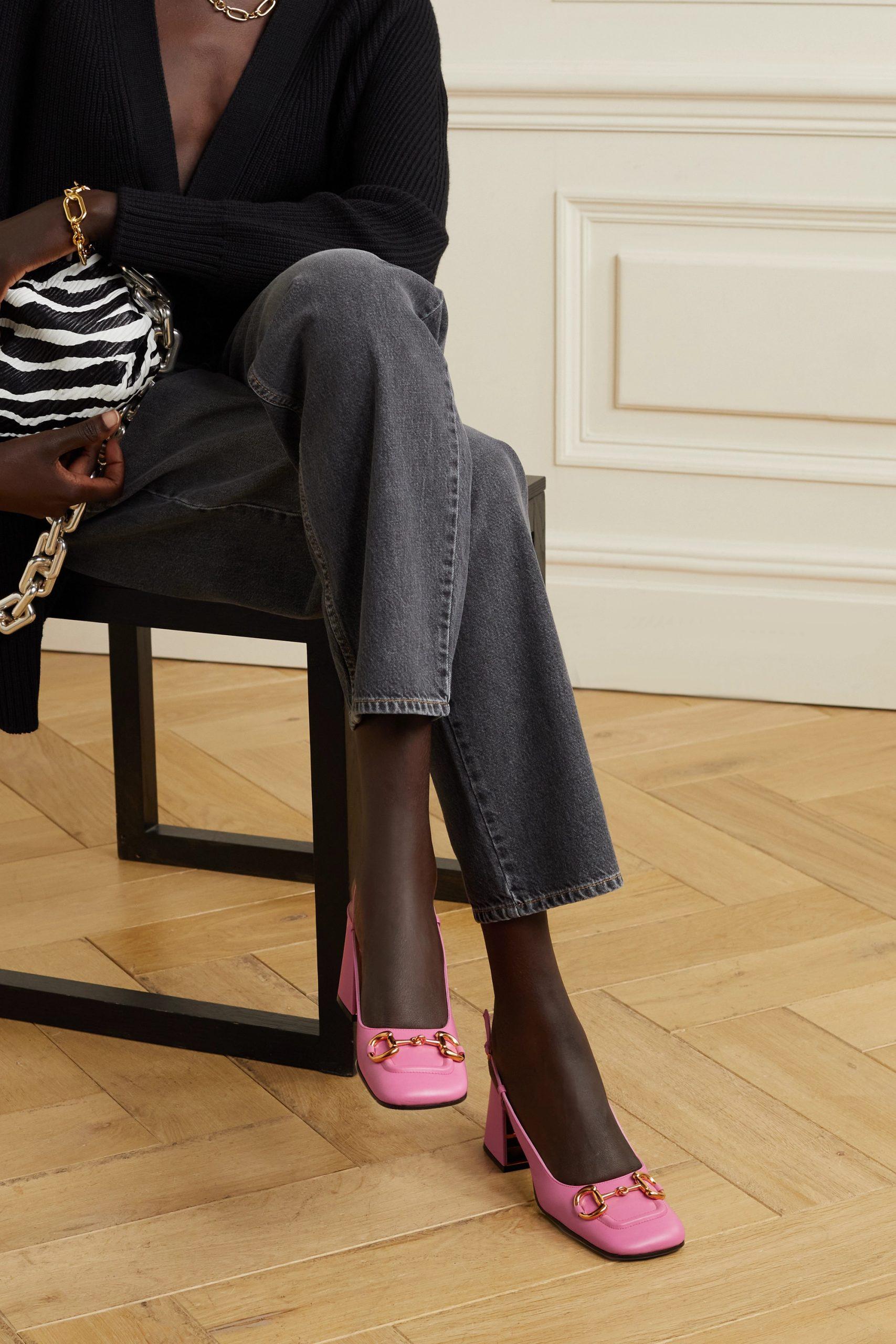 người mẫu và gucci slingback horsebit màu hồng