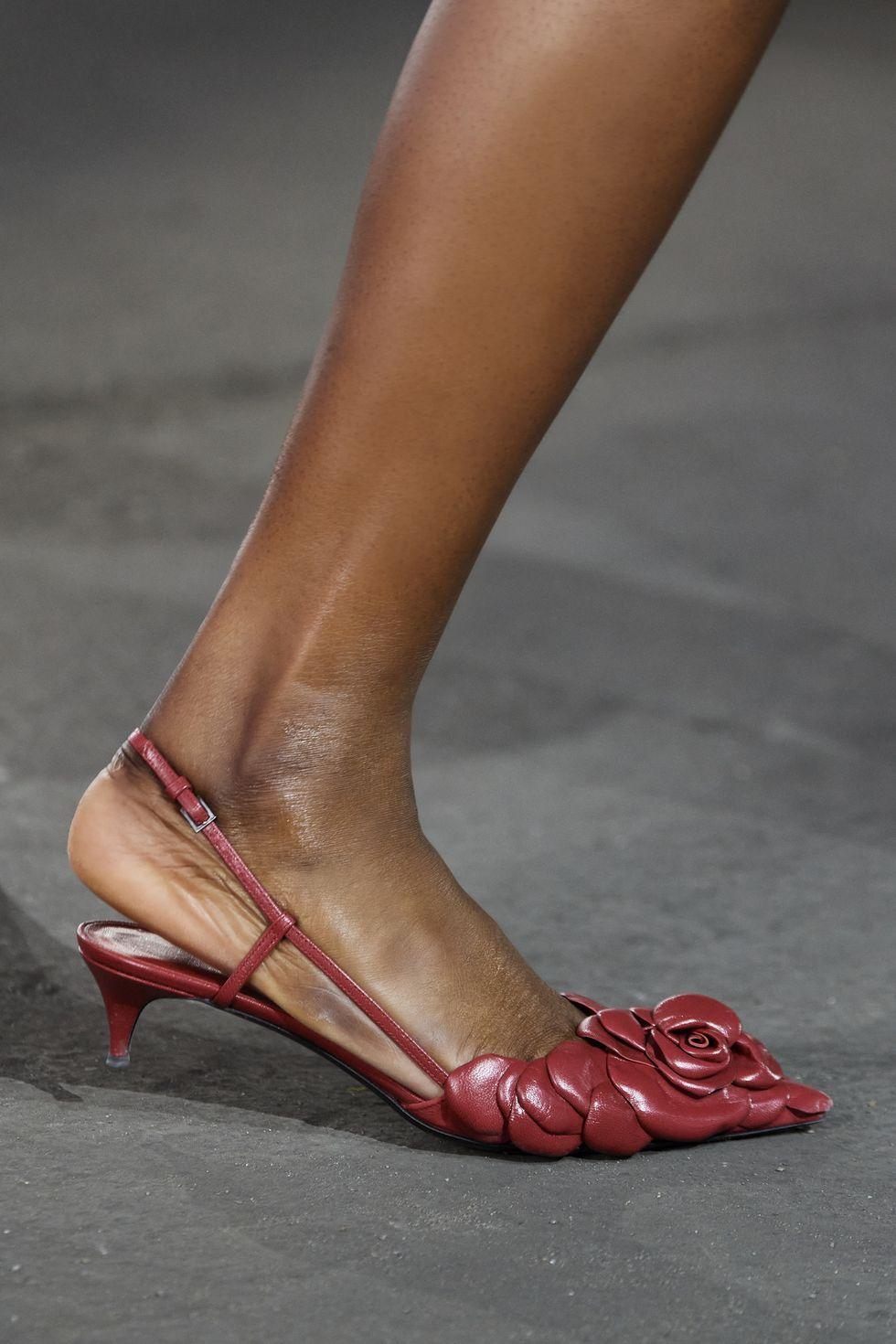 Giày slingback valentino hoạ tiết hoa hồng 3d màu đỏ