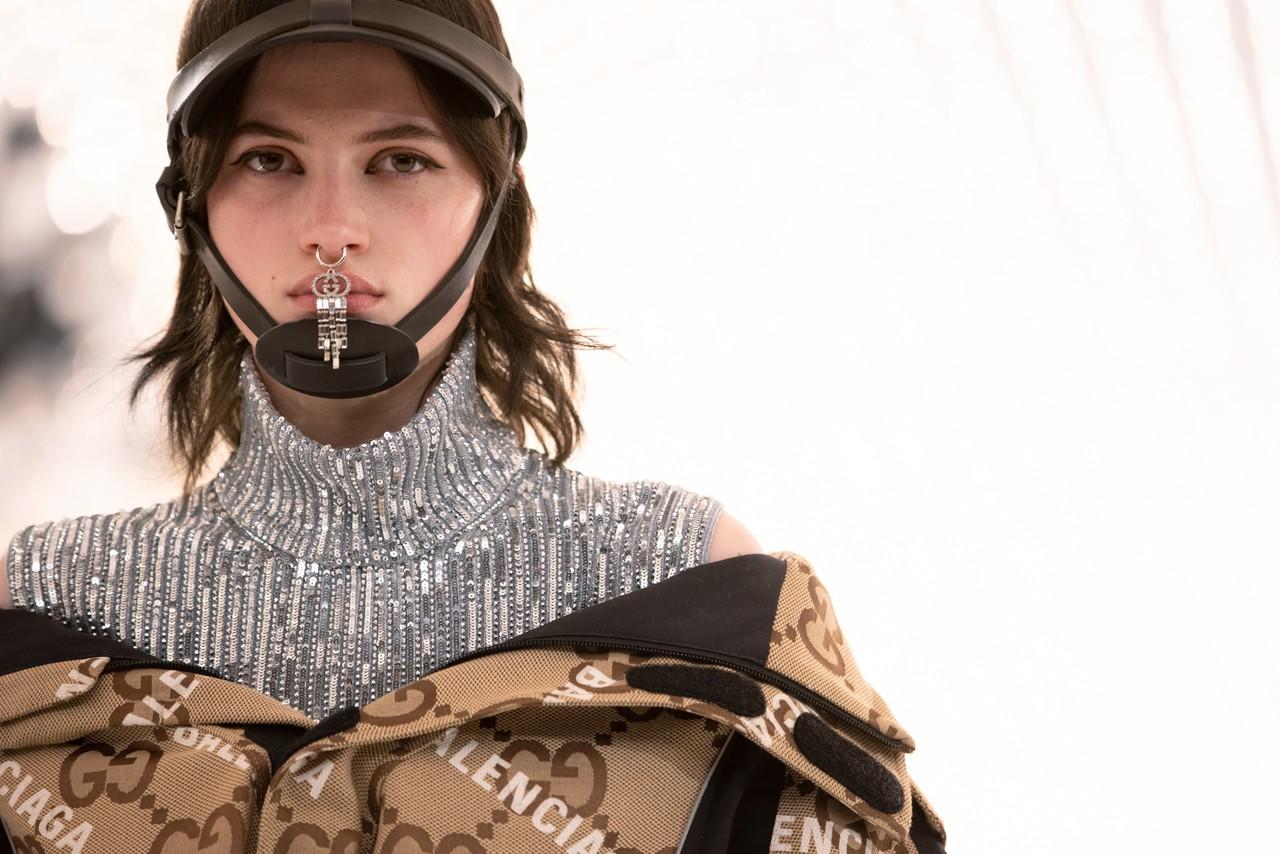 Gucci x Balenciaga Aria áo khoác Parka họa tiết monogram cùng mũ savoy đen và khuyên mũi