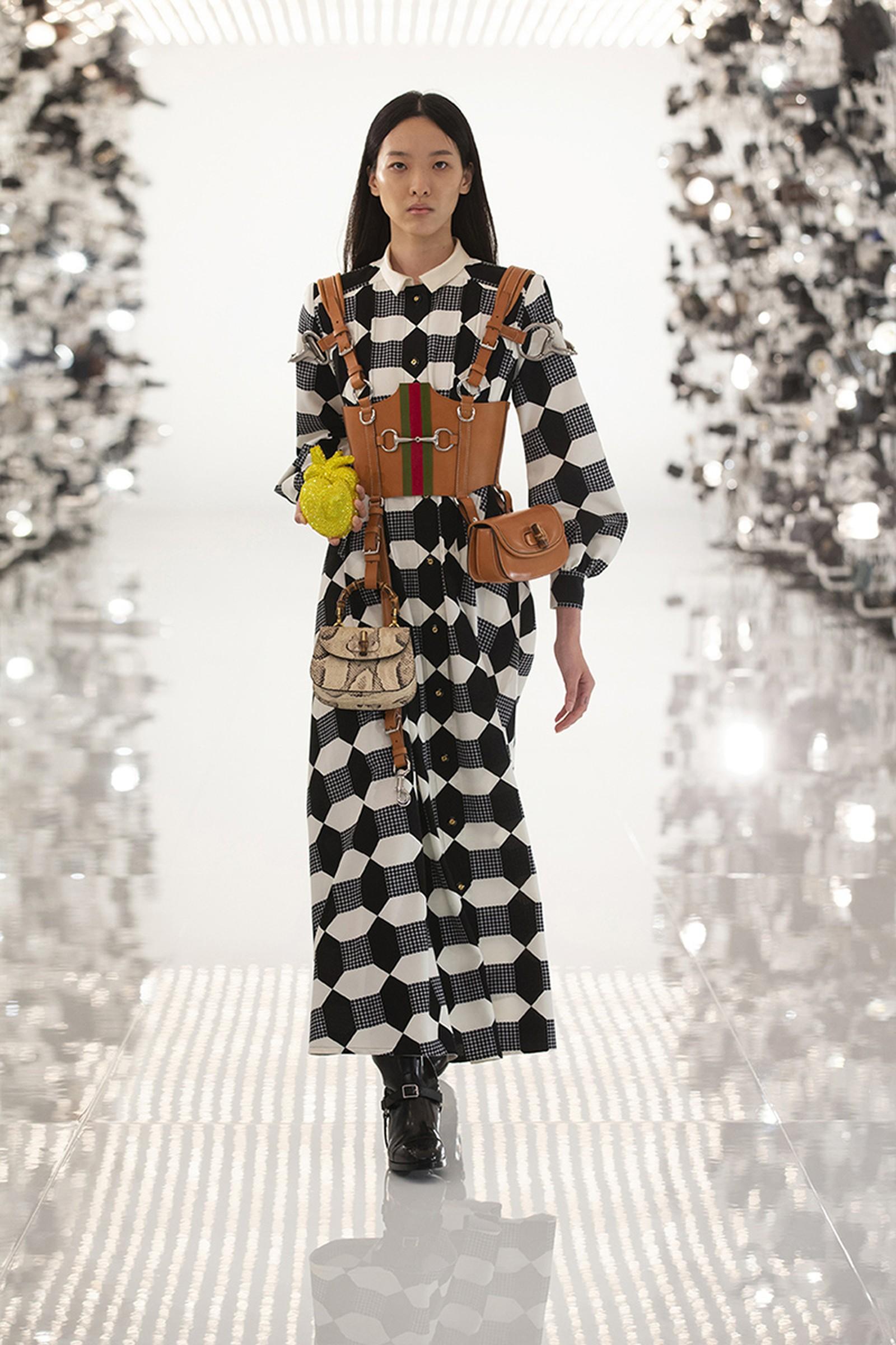 Gucci x Balenciaga Aria golden đầm họa tiết đen trắng cùng túi xách và trái tim kim cương màu vàng