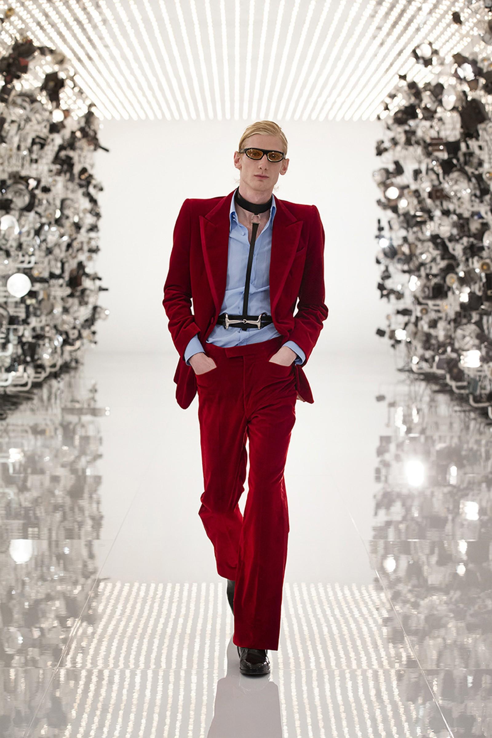 Gucci x Balenciaga bộ suit màu đỏ tía ảnh hưởng phong cách Tom Ford