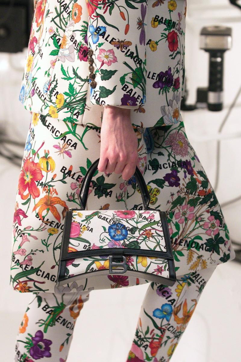 set đồ cùng túi balenciaga hourglass in họa tiết in hoa đặc trưng gucci