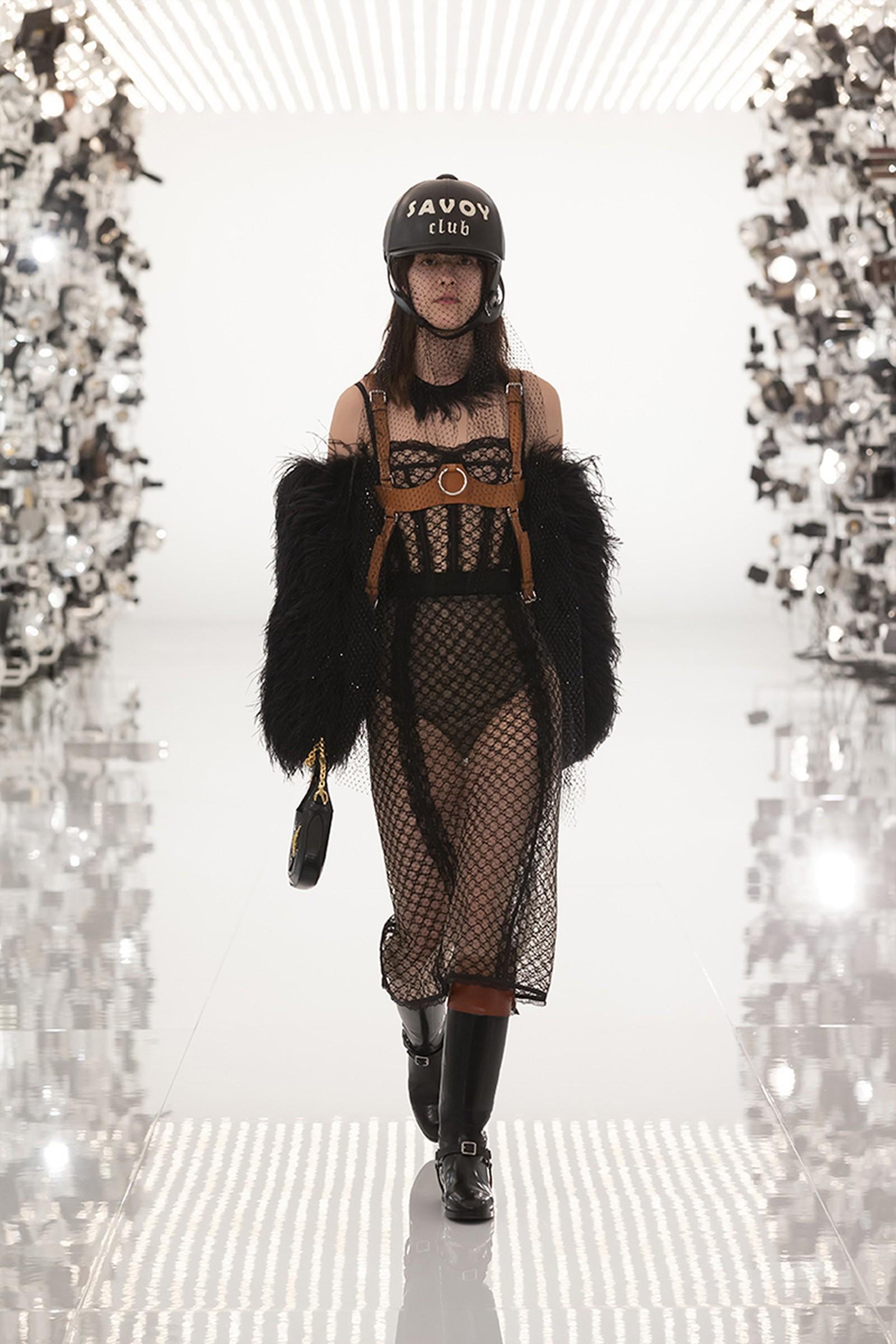 Gucci kết hợp Balenciaga mũ Savoy đen cùng trang phục vải lưới