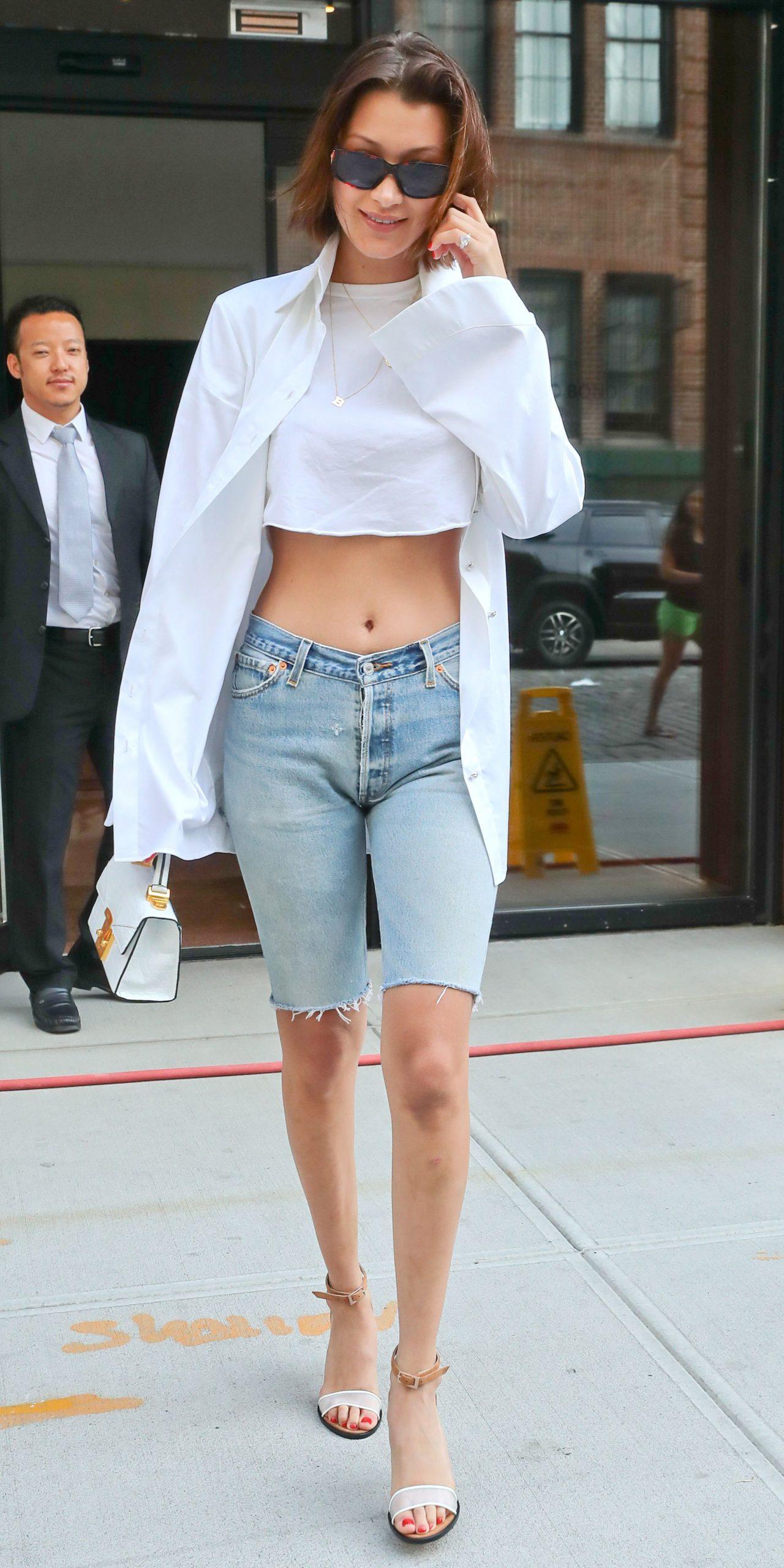 bella hadid mặc quần shorts jean lửng bermuda