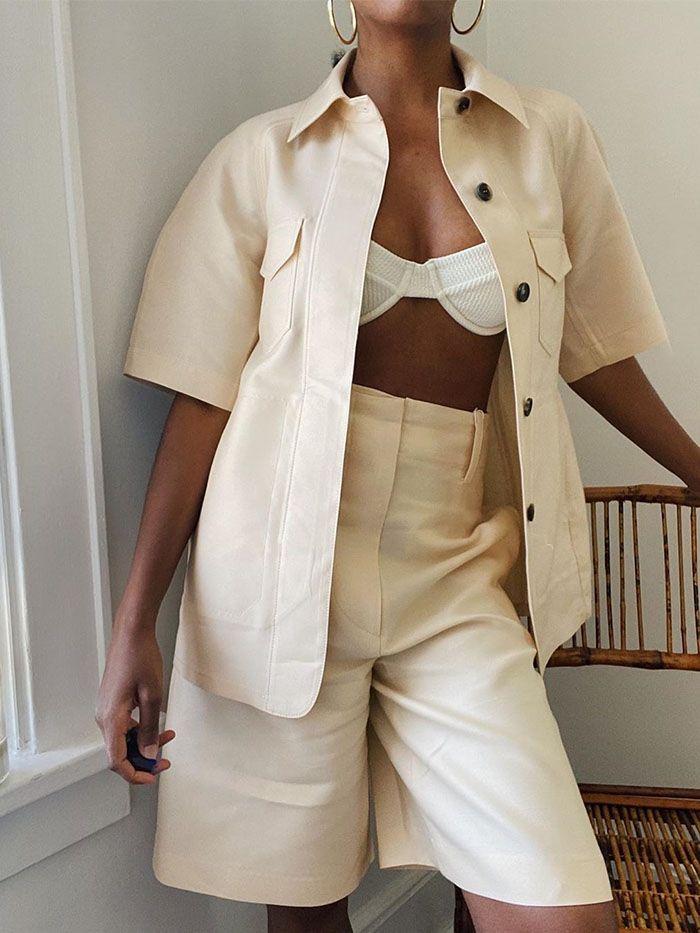 phối áo bra top trắng cùng quần shorts lửng bermuda màu kem