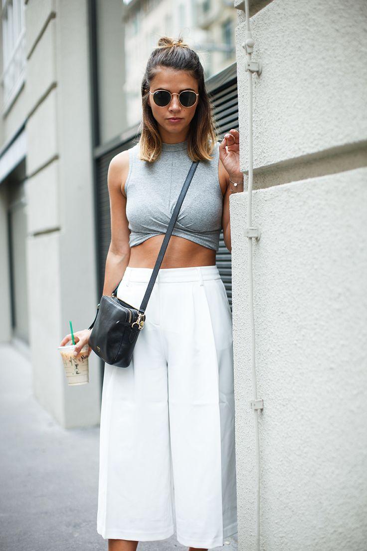quần lửng culottes trắng cùng crop top xám và túi đeo chéo đen