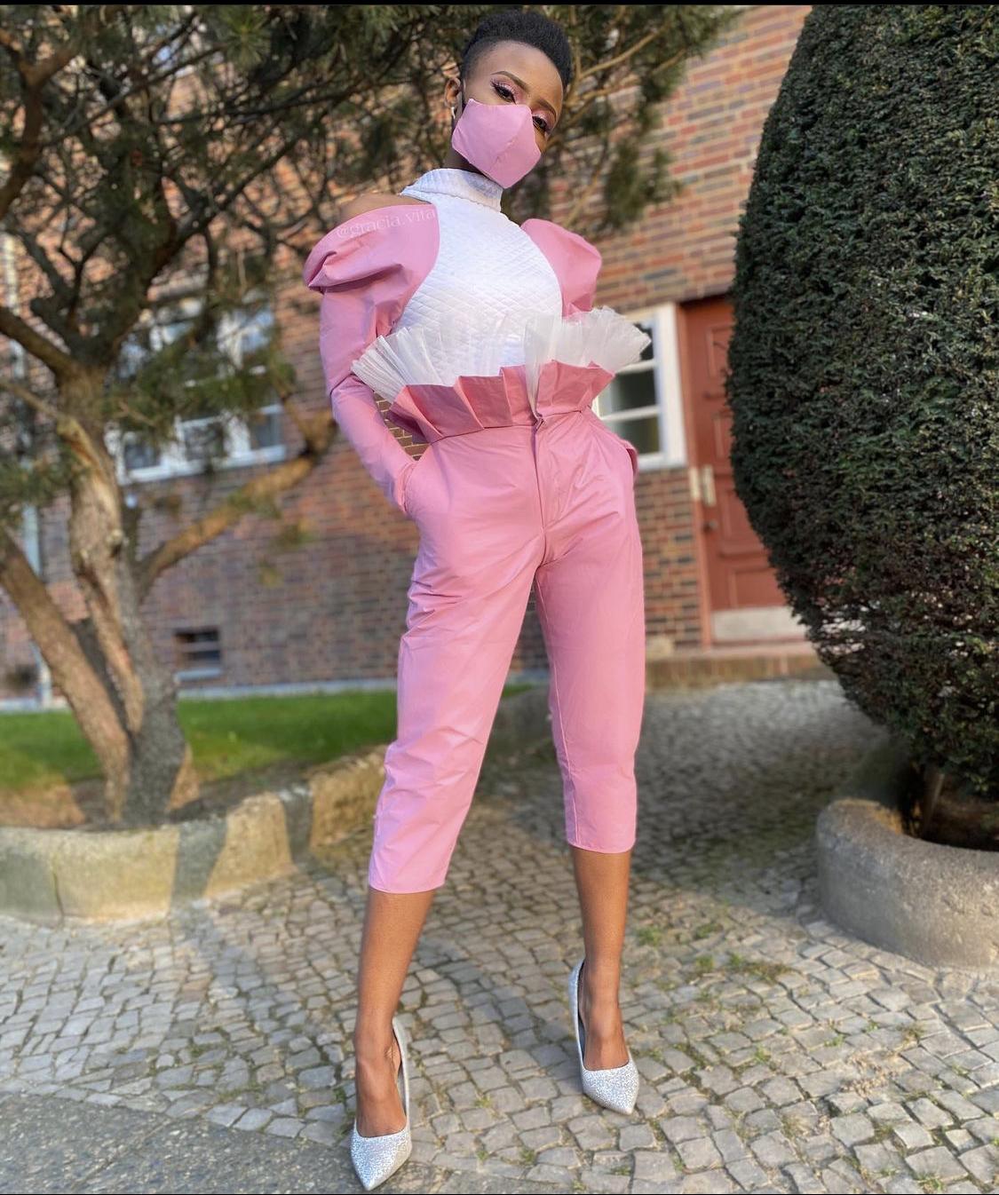 leticia maria mặc quần lửng capri hồng và giày mũi nhọn màu trắng