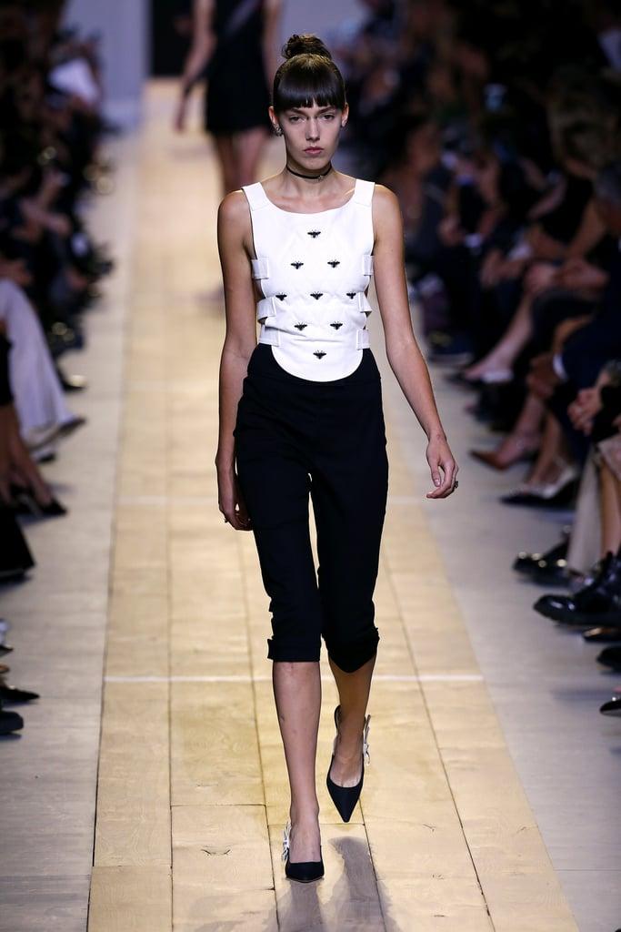 quần lửng đen trên sàn runway