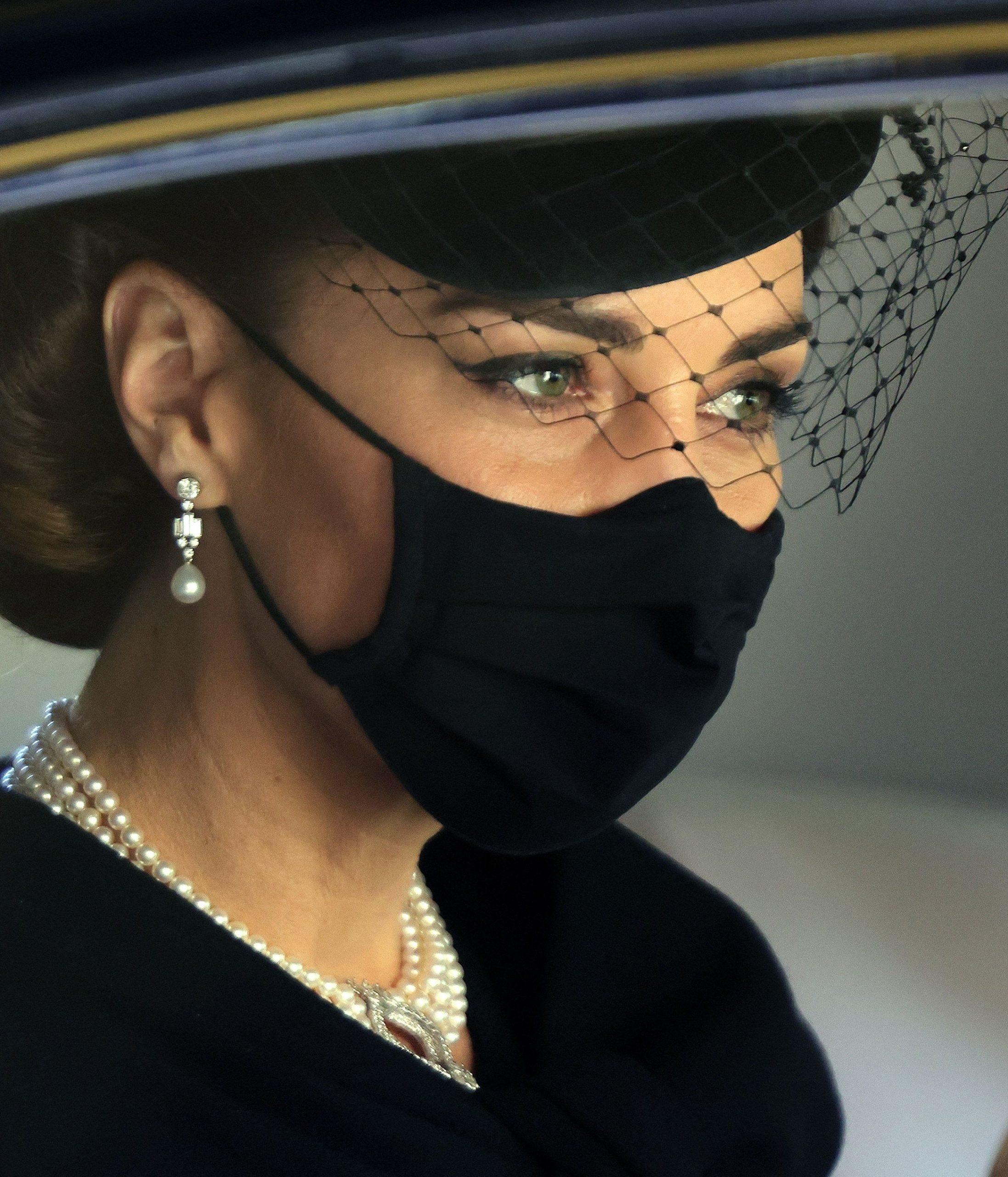 Cận cảnh đôi hoa tai ngọc trai Bahrain của công nương Kate Middleton