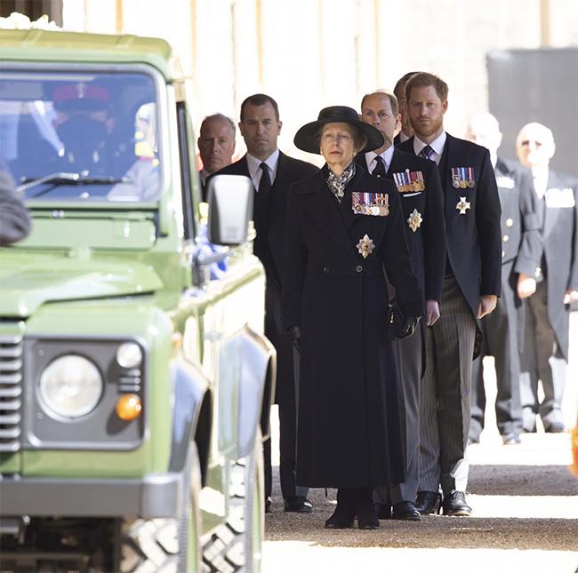 Công chúa Anne diễu hành trong đoàn lễ tang hoàng thân Philip