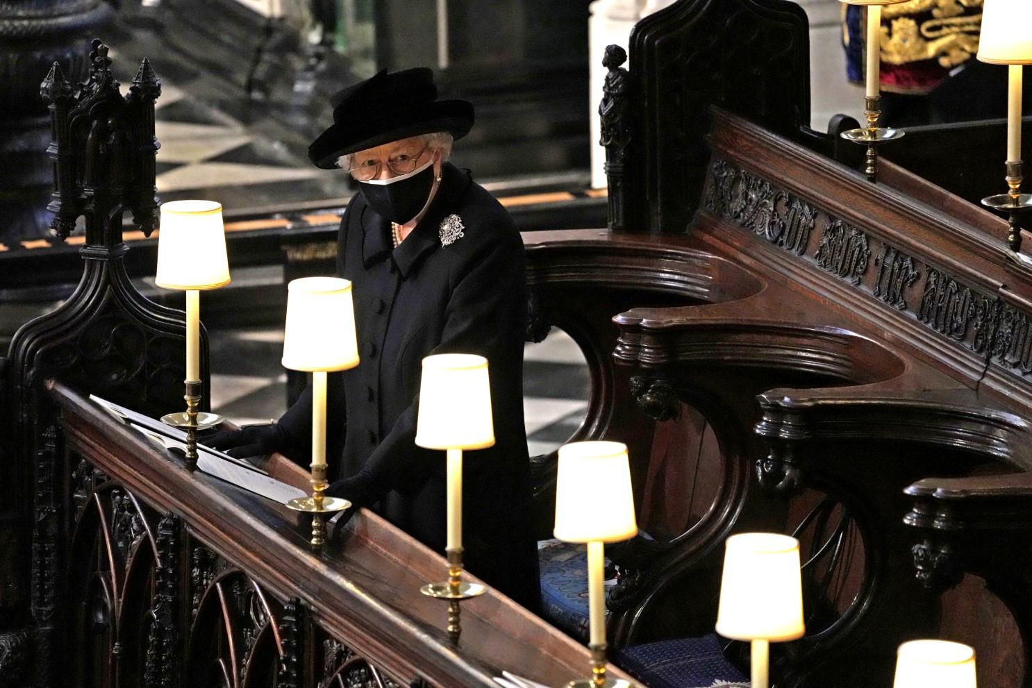 Nữ hoàng Anh trong trang phục tang lễ tại nhà nguyện Geogre