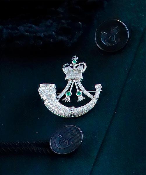 Cài áo Rifles của công nương Camilla với hình ảnh chiếc kèn Bugle làm từ đá quý và kim cương