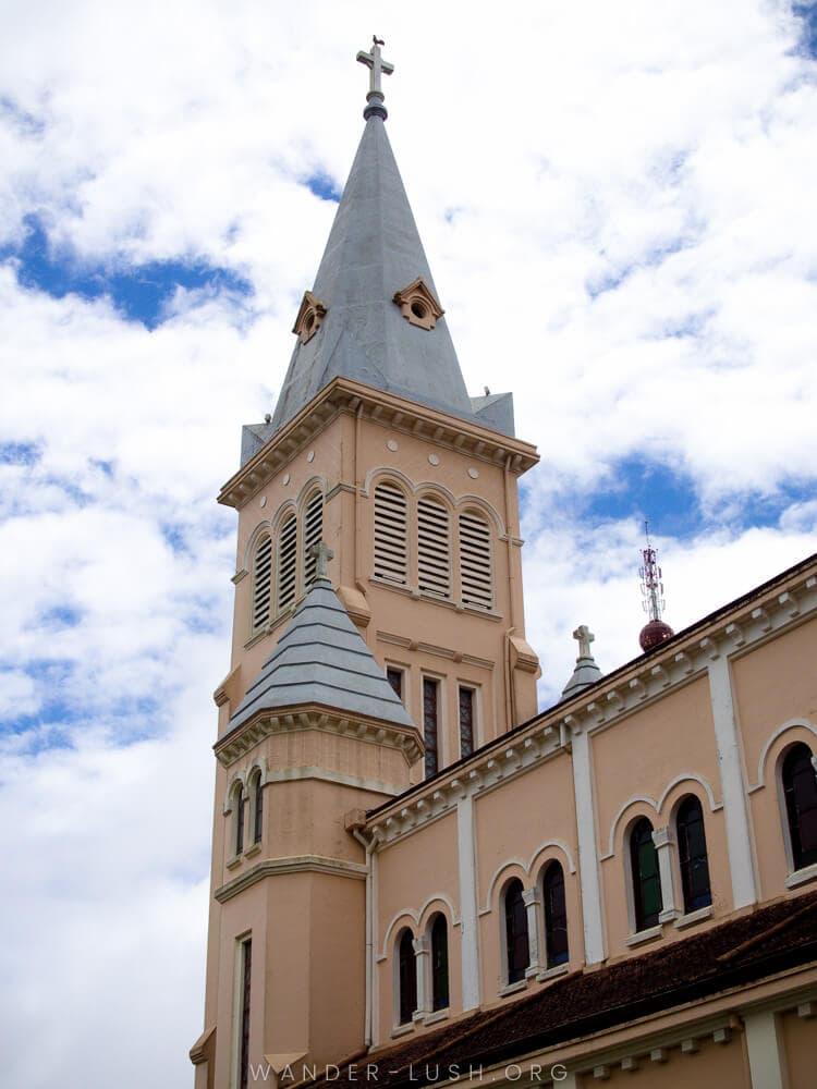 nhà thờ chính tòa đà lạt nhìn từ xa