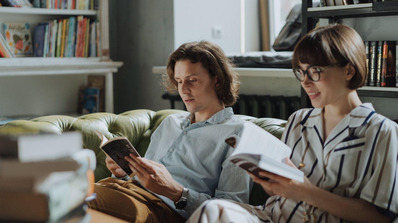 nam va nữ giới cùng nhau đọc sách