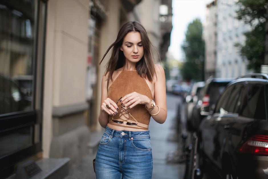 Cô gái mặc áo yếm đan màu nâu