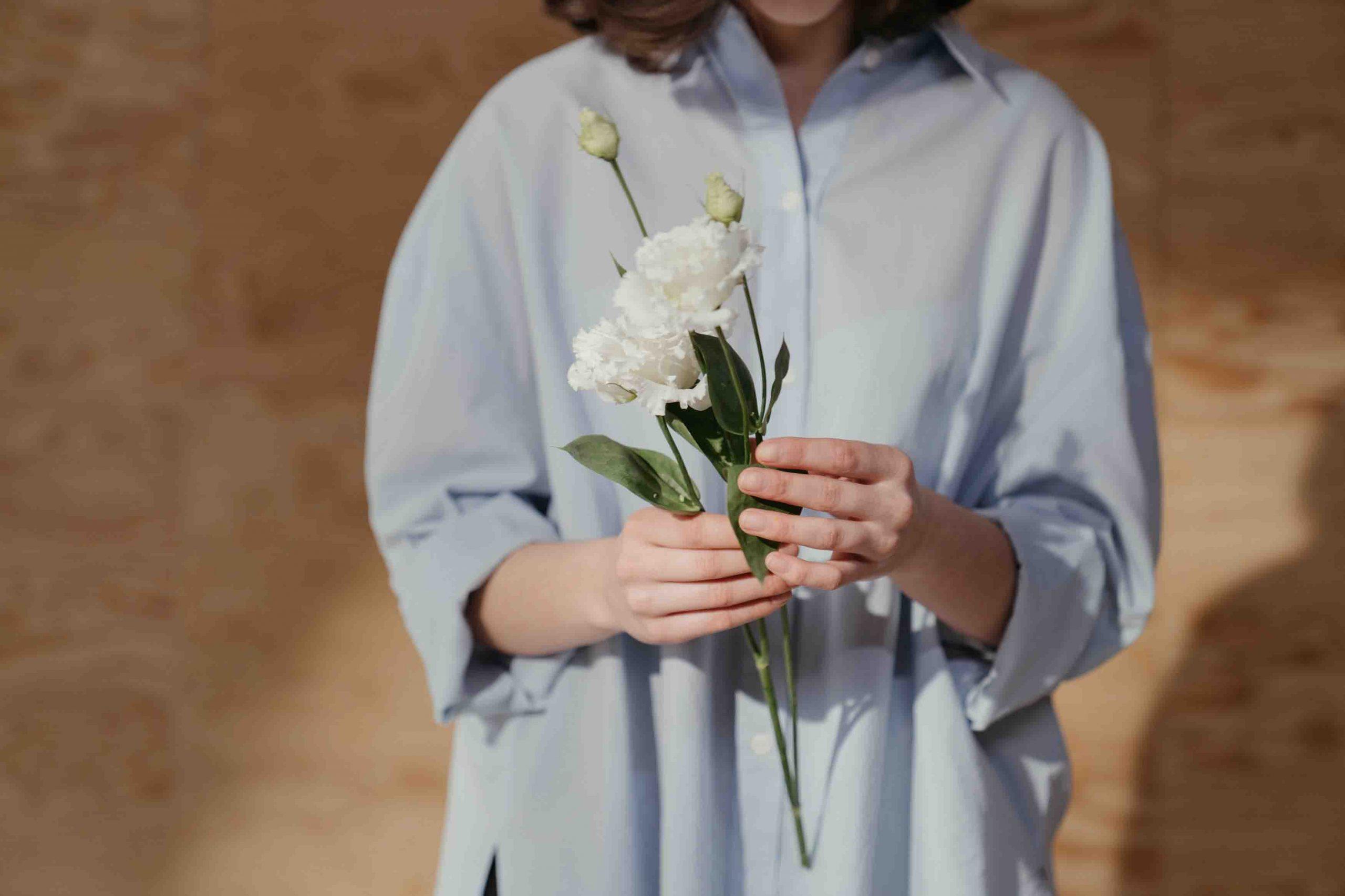 cô gái cầm bông hoa tha thứ