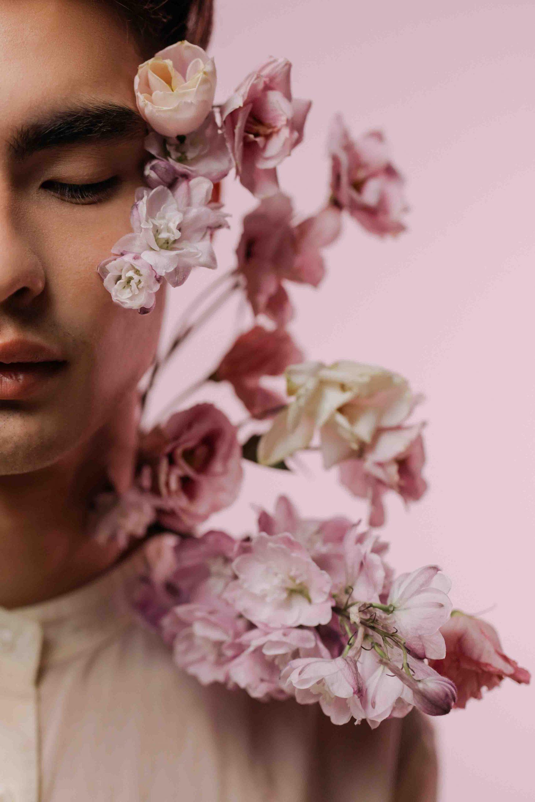 chàng trai và hoa nói lời tha thứ