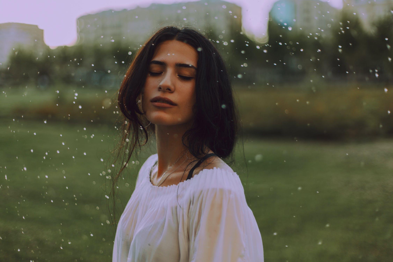 người yêu mưa tận hưởng mùi của mưa