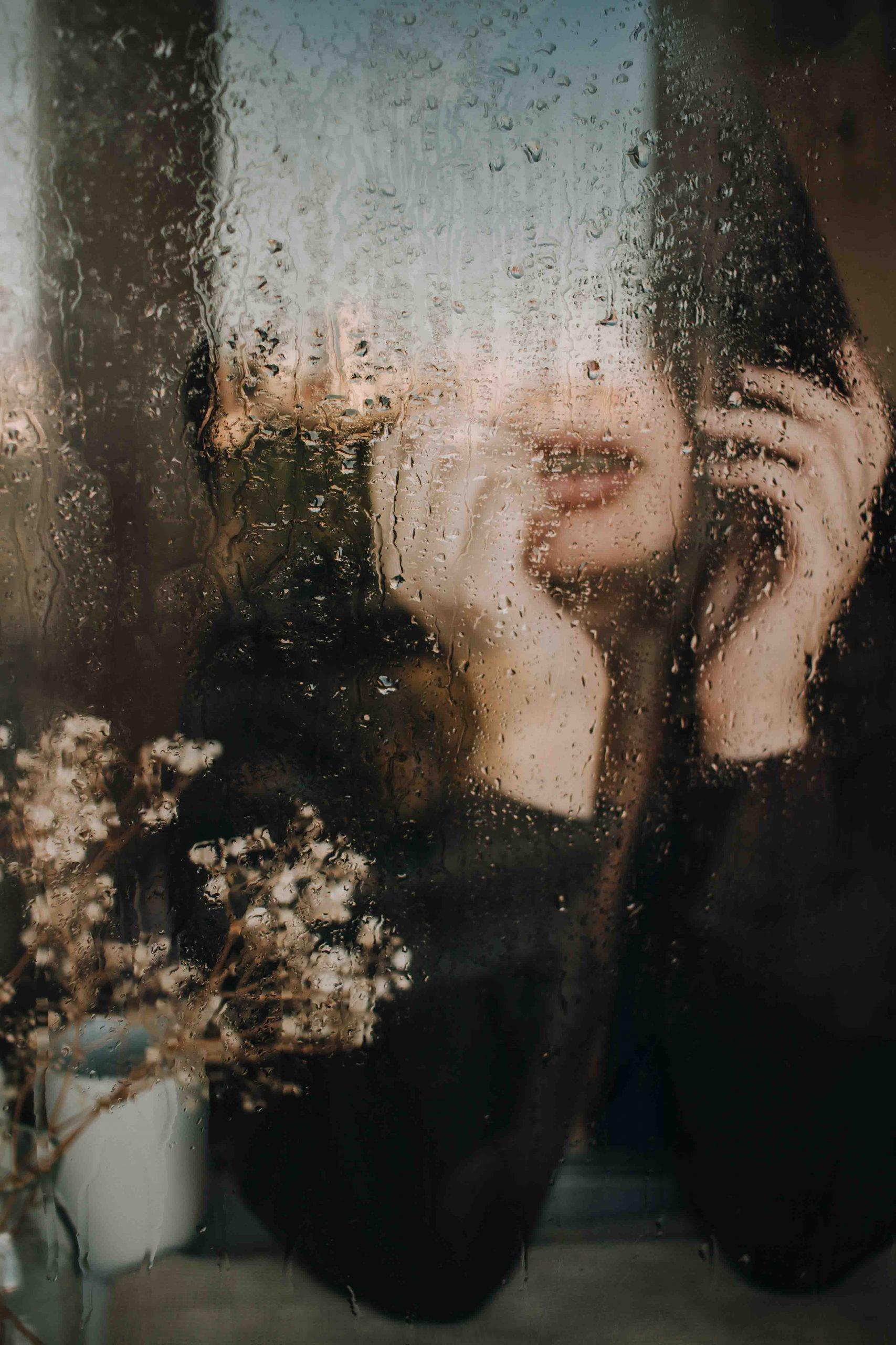 cô gái ngồi ngắm mưa
