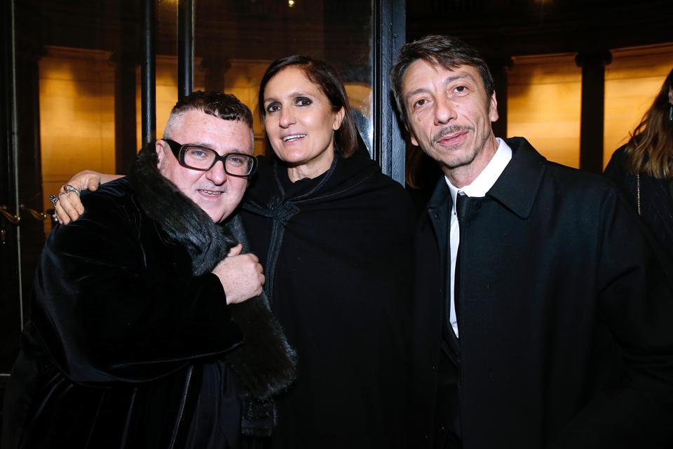 NTK Alber Elbaz cùng các đồng nghiệp Pierpaolo Piccioli và Maria Grazia Chiuri trong một sự kiện