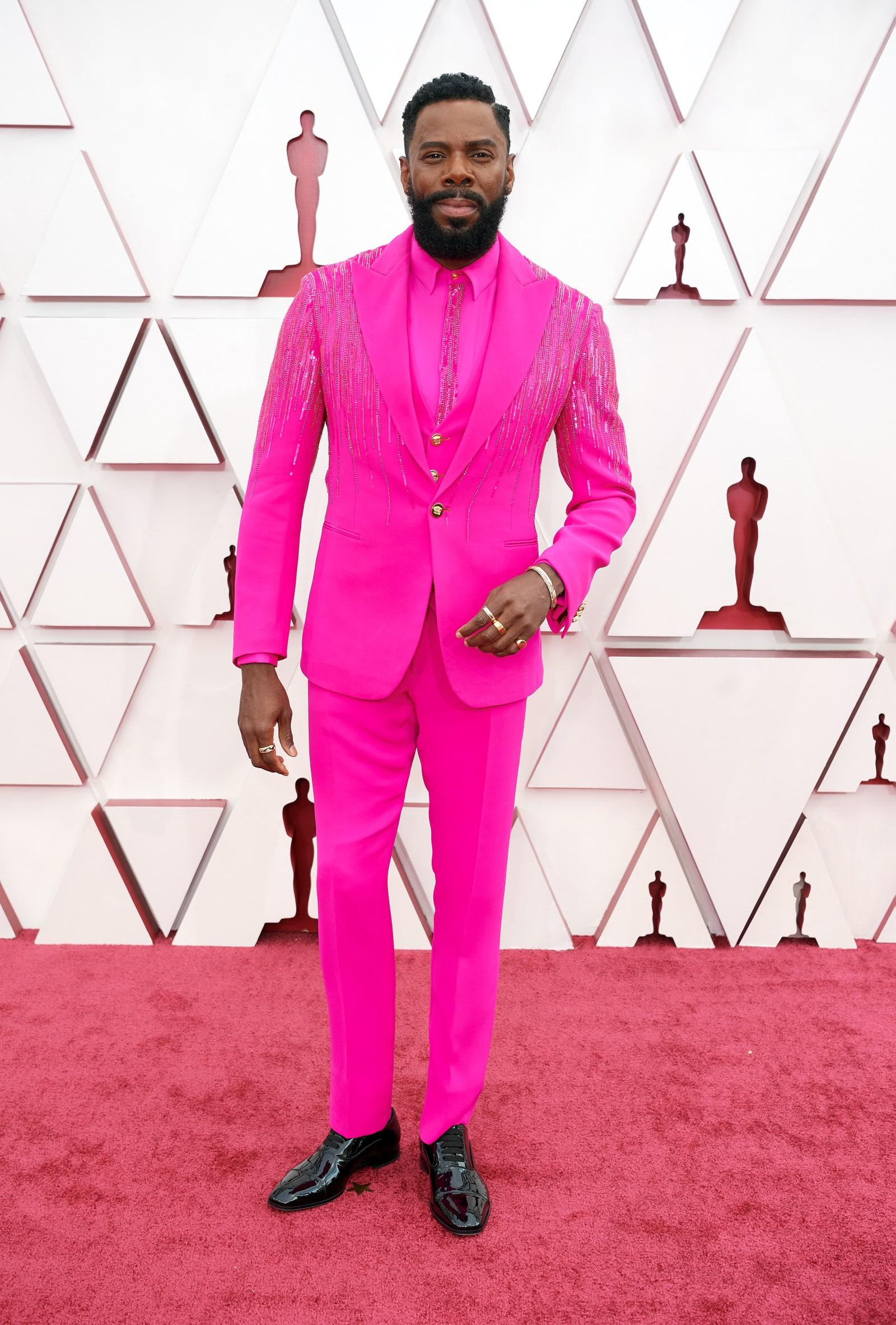 Nam diễn viên Colman Domingo và bộ suit Versace màu hot pink