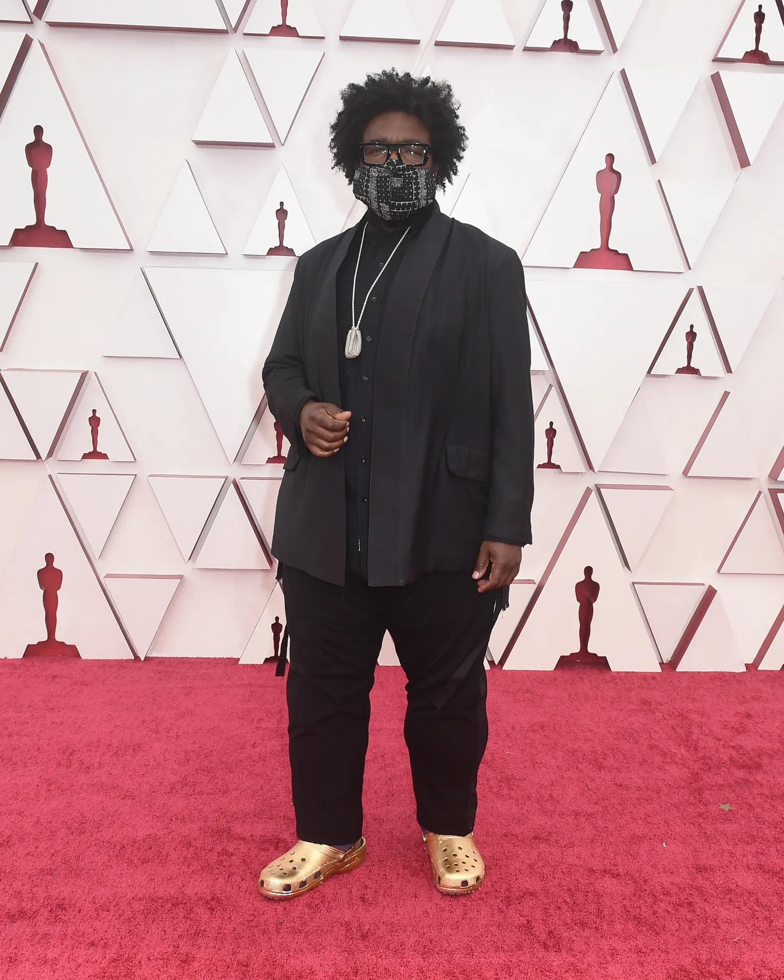 Questlove với dép Crocs mạ vàng tại Oscars 2021