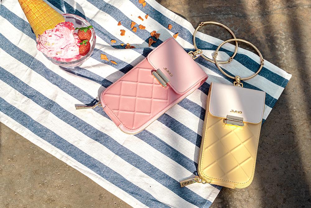 Juno phone case trên bãi biển mùa hè