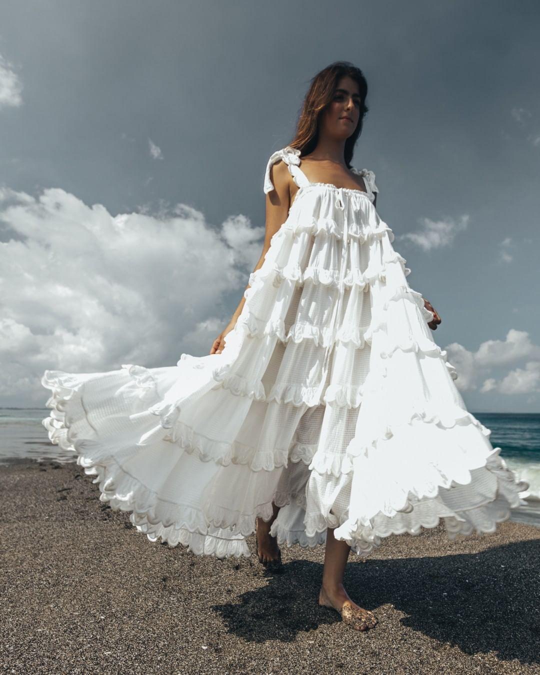 Váy maxi trắng nhún bèo
