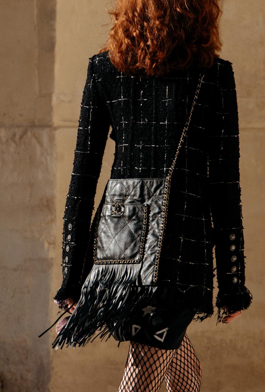 trang phục vải tweed và túi xách chanel từ Chanel Cruise 2022 show