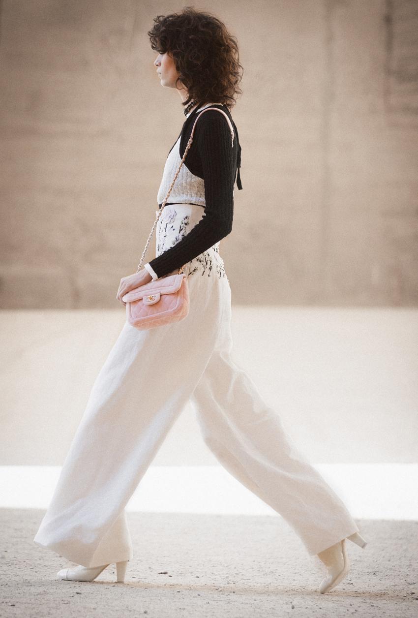 Một bộ trang phục trong show thời trang Chanel Cruise 2021 - 2022