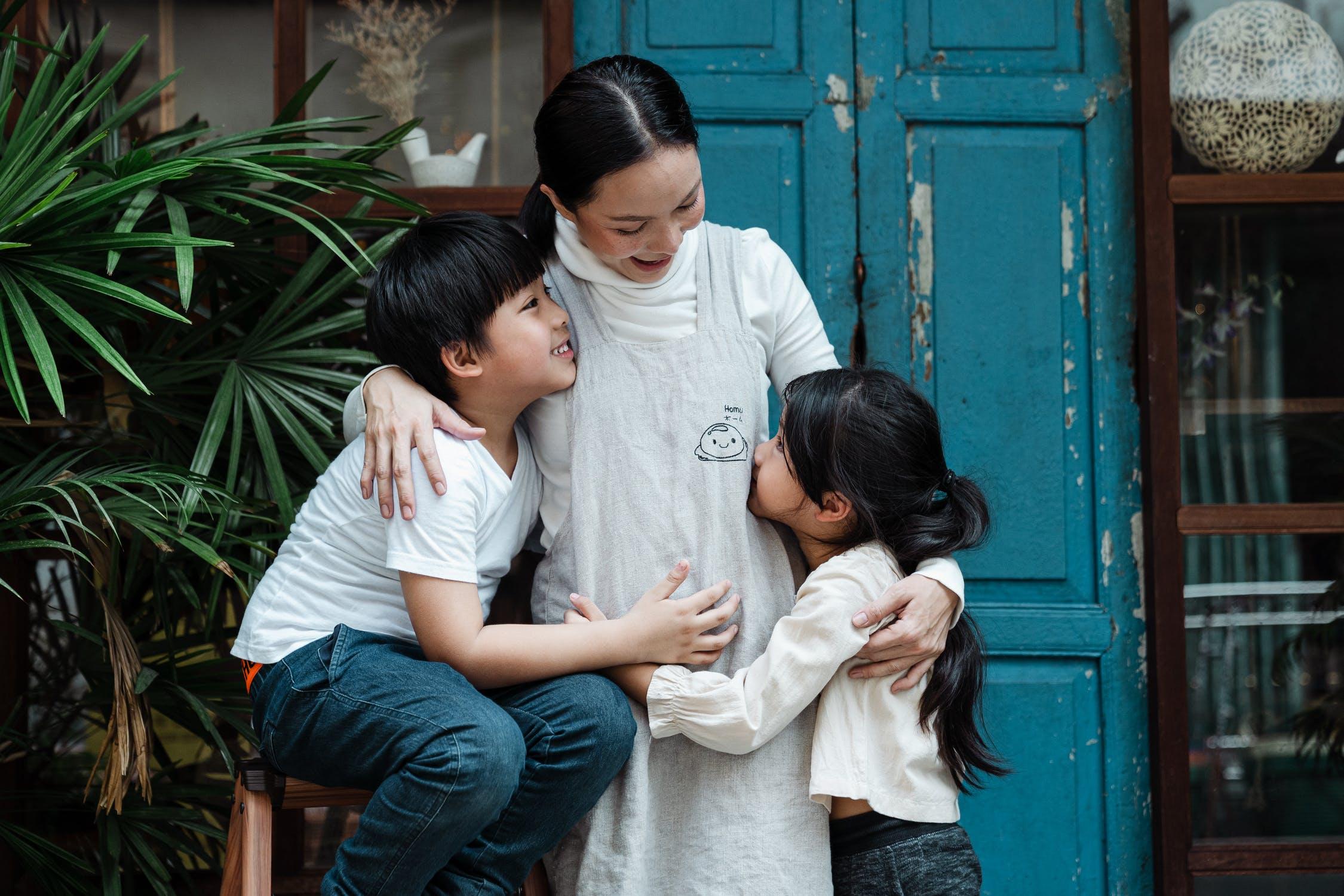 ngày của mẹ của người mẹ châu Á và hai con nhỏ