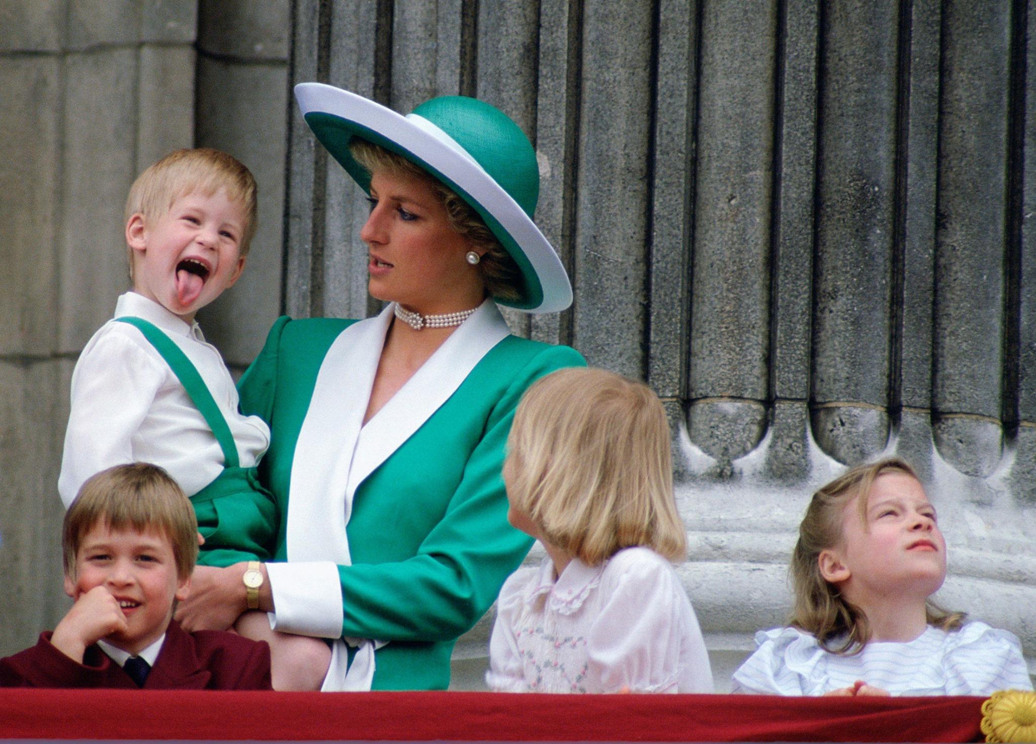 công nương diana và hoàng tử harry trong lễ phục màu xanh lá