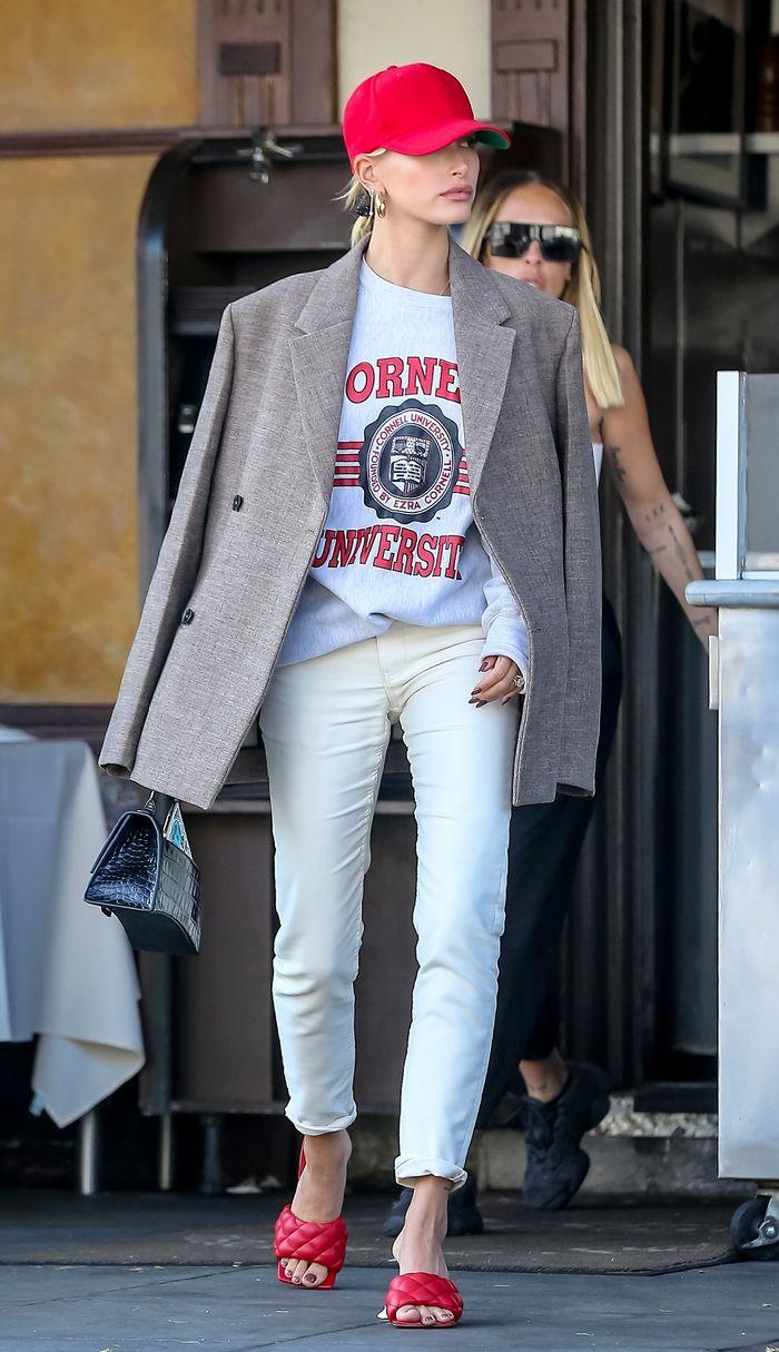Hailey Bieber cùng trang phục phong cách sporty chic
